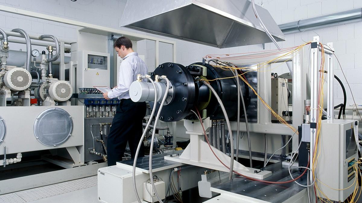 Phạm vi dịch vụ của chúng tôi bao gồm - ngoài việc phát triển và sản xuất các sản phẩm nói trên - thực hiện thử nghiệm vòng bi, thử nghiệm chất lượng sơ bộ cũng như chẩn đoán và sửa chữa vòng bi hàng không vũ trụ.